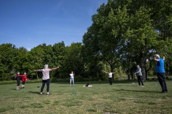 'Gezond oud' hervat buitentrainingen; bootcamp 60-plussers in Leeghwaterpark: 'Ik ben geen Olympisch kampioen, maar kan goed meekomen' [video]