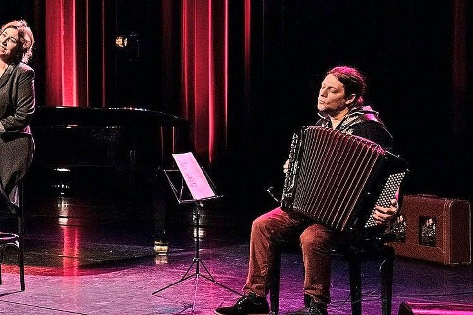 Maurits Fondse (achter de piano), Britta Maria en Oleg Fateev brengen Aznavour.