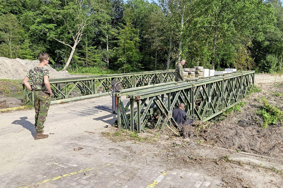 Militairen van 101 Geniebataljon inspecteren de Baileybrug bij het Noordwest Ziekenhuis.