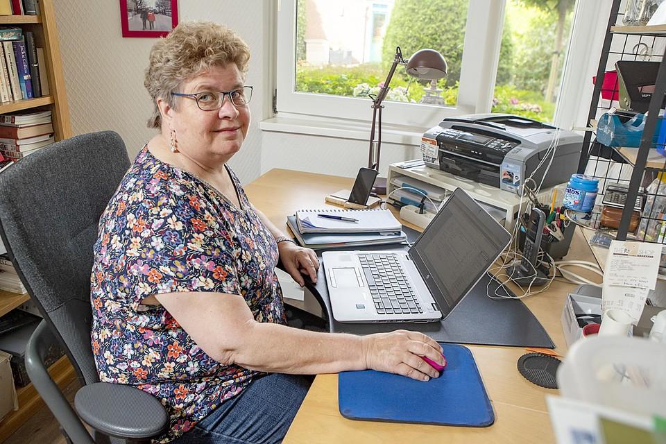 Christa thuis aan haar bureau.