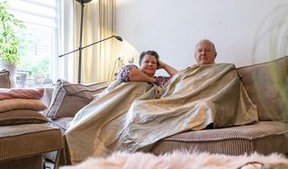 Het huis van Alfred (69) en Pauline (66) in Alkmaar is niet meer van top tot teen verpakt in folie, maar niet omdat er goed nieuws is. 'We willen niet meer in de rotzooi wonen. We staan straks op straat, we kunnen onder een brug gaan liggen'