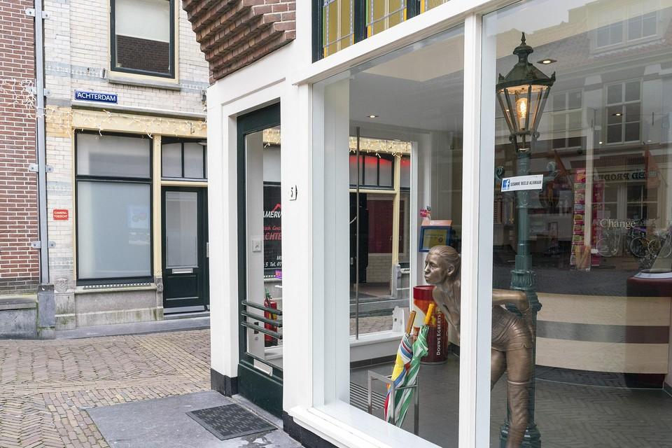 Susanne staat achter het raam op de Dijk in Alkmaar.