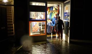 Wateroverlast in Enkhuizen: Havenwinkel en laaddocks onder water