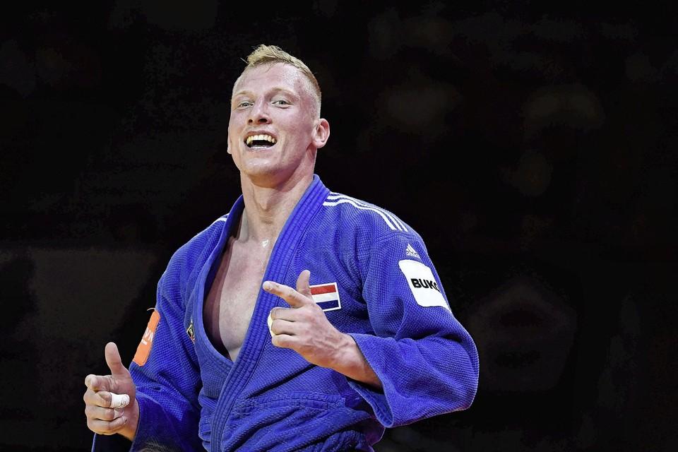 Frank de Wit viert zijn WK-medaille.