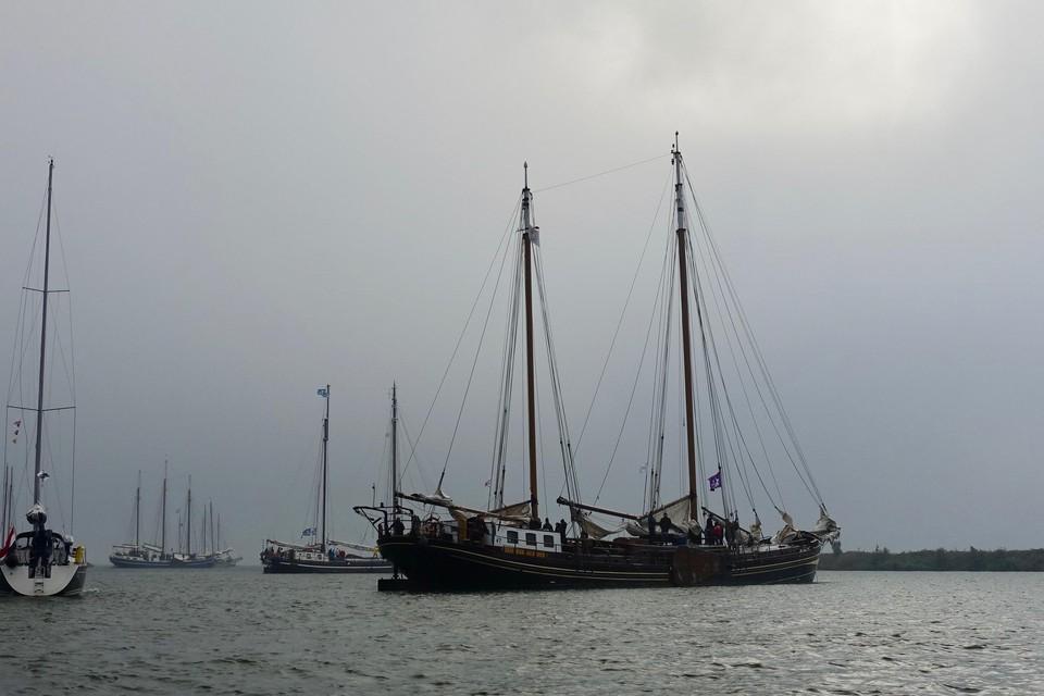 Een waterig zonnetje probeert door de mist tebreken wanneer de eerste schepen vanaf het Krabbersgat vertrekken.