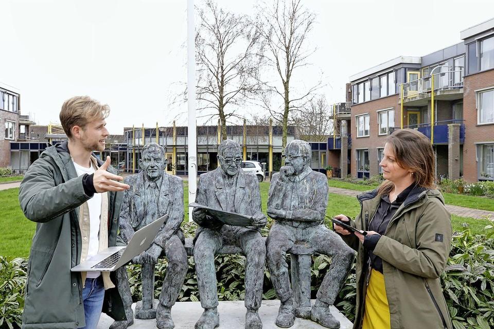 Rik van Dijk van de Nationale Zorgreserve vertelt Karen Limburg van Woonzorggroep Samen hoe de proef met zorgreservisten verloopt bij woonzorgcentrum Angelapark in Warmenhuizen.