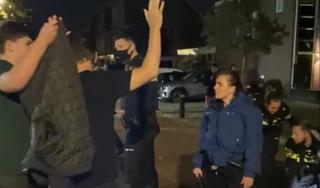 Omstanders botsen met politie bij onregeldheden in Volendam; drie aanhoudingen [video]