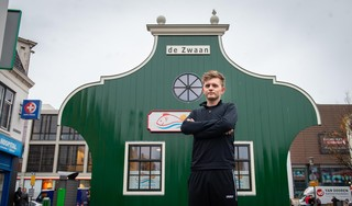 Jonge Volendammer (21) Niels de Boer start eigen viszaak in hartje Zaandam; 'Soms moet je gewoon springen'