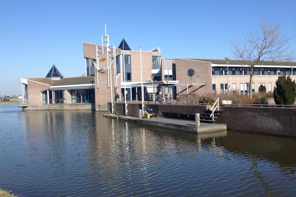 Het voormalige gemeentehuis van Langedijk zal in de toekomst plaats maken voor woningbouw.