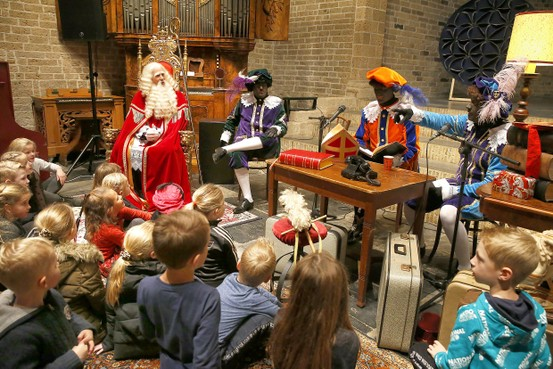 Sinterklaas doet eigen boekje open bij kinderen in Oosterland
