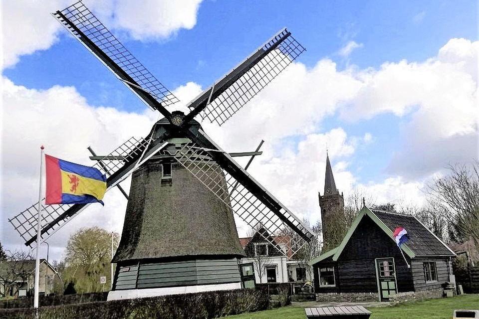 De Lastdrager in Opmeer is volledig in ere hersteld. Sinds kort staat er zelfs een authentiek molenaarshuisje naast.