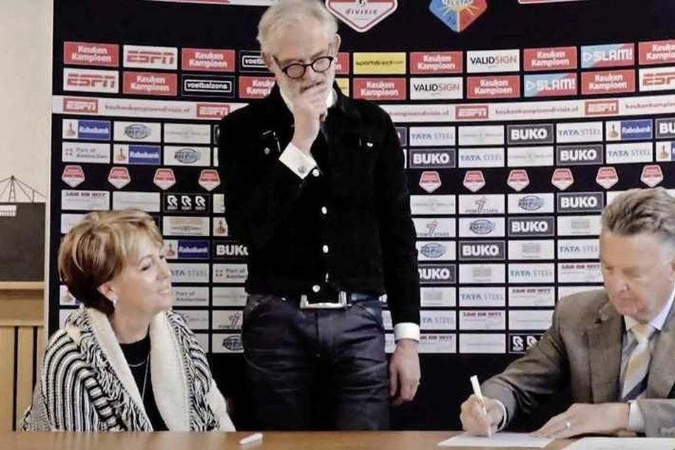 Louis van Gaal zet zijn krabbel onder een tijdelijk, ludiek contract bij Telstar.