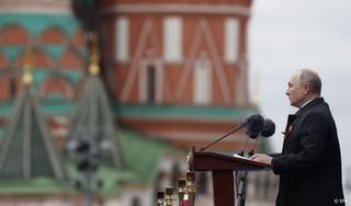 Poetin zegt op overwinningsdag dat land krachtig belangen dient