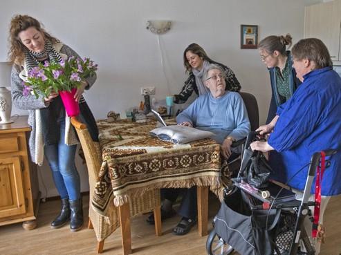 Leerkrachten solidair met de zorg: allebei in de verdrukking, dus handen uit de mouwen in Verzorgingshuis Agnes