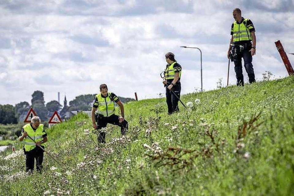 Politie doet onderzoek in de berm op de Zeedijk tussen Marken en Monnickendam.