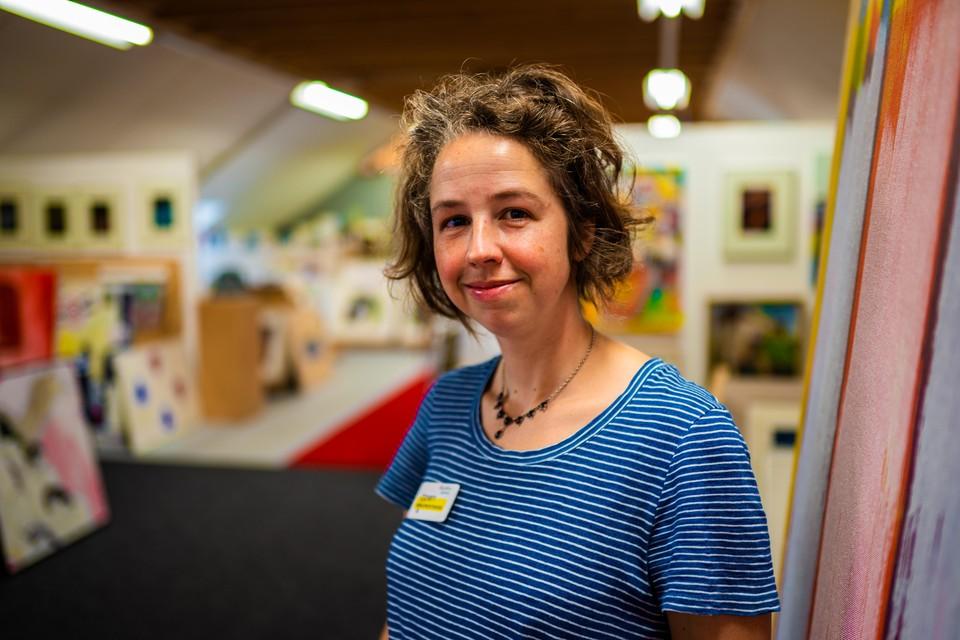 Inge Beeftink in de kunstuitleen op Willemsoord, haar werkplek.