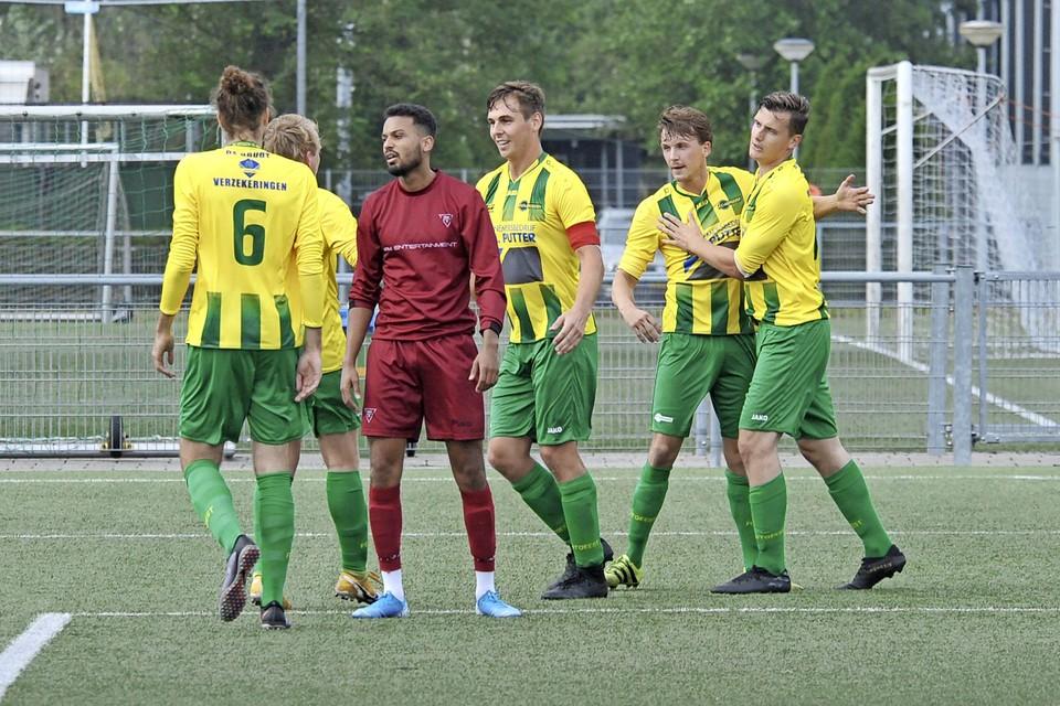 FC Uitgeest viert de openingstreffer van Joey Duijn.