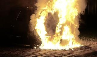 Auto uitgebrand in Zwaag. Brandstichter even later aangehouden. 'Hij rook naar benzine'