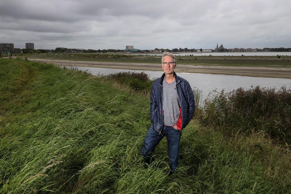 """Mathijs Zwaaij met op de achtergrond de skyline van Hoorn. """"Laat het een pittoreske provinciestad blijven."""""""