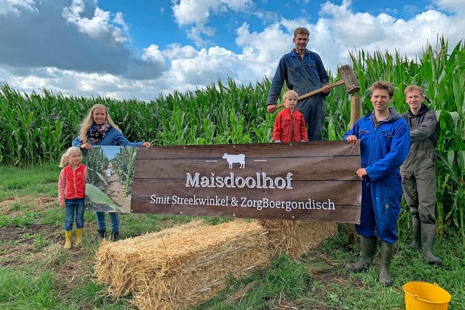 Manon Scholtens (links) met dochtertje Anna bij het donderdag geopende maisdoolhof in Wervershoof.