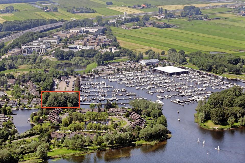 Het college van Gooise Meren wil de bestemming van het rood omrande deel van de haven veranderen van groen in woningen.
