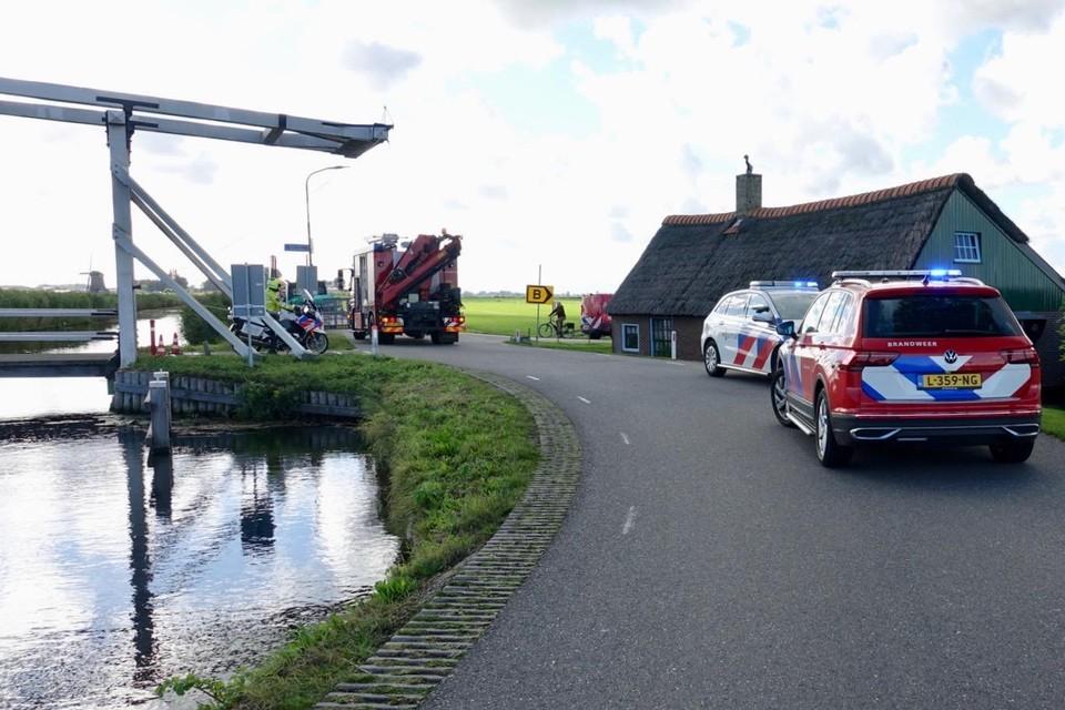 De kruising van de Wipbruglaan met de Lage Hoek werd meteen afgezet voor de hulpdiensten. Op de achtergrond de poldermolen.