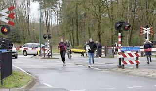 Spoorwegovergang Baarn blijft dicht door storing, verkeer haalt levensgevaarlijke capriolen uit om de overkant te bereiken [update] ProRail: Storing om 11.00 uur verholpen