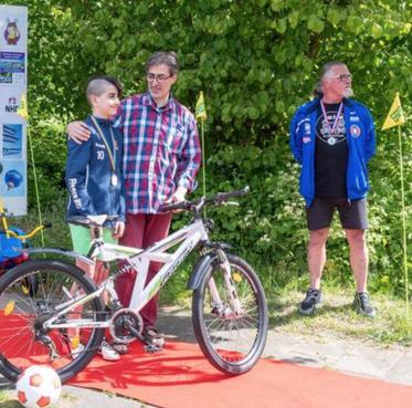 Stille liefdadigheid van Jan Kooijman en Mats Semler levert 750e opgeknapte fiets op [video]