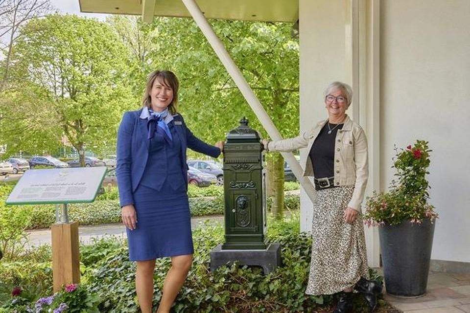 Initiatiefnemer Anita Meinema (rechts) en Jessica Hof van Begraafplaats & Crematorium Westerveld, bij de speciale brievenbus. Zij hopen dat het 'sturen' van brieven, gedichten en andere persoonlijke boodschappen troost zal bieden aan nabestaanden.