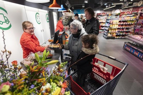 SPAR Wijk aan Zee weer open: iedereen aan de gratis appeltaart