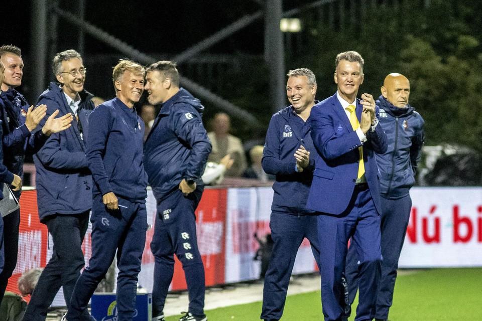 Louis van Gaal (r) applaudisseert voor het doelpunt. Andries Jonker kijkt blij toe.