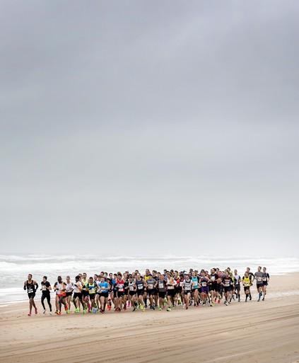 Afzien in de wind voor meer dan 17.000 lopers Egmond Halve Marathon: Jaap Wit (71) uit Heerhugowaard liep alle edities [video]