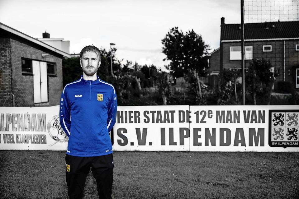 Lars van den Akker op het veld van SV ilpendam. ,, Ik wil vooral gewoon lekker voetballen.''