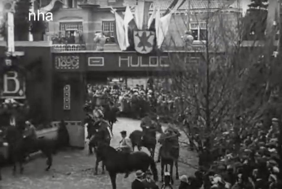 De erepoort op het toenmalige Tramplein (nu Raadhuisplein) waar de koetsen onderdoor reden.