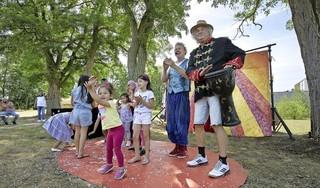 Om de jeugd in asielzoekerscentrum Den Helder in coronatijd een steuntje in de rug te geven, brengt Wolkentheater donderdag een bezoek