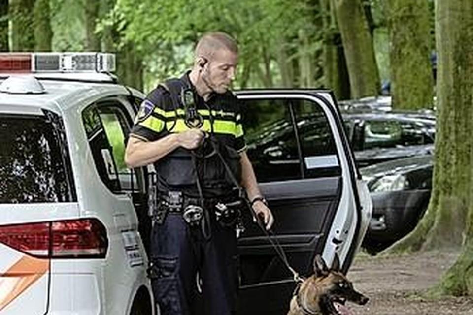 De politie zette een politiehond in om de twee jeugdgroepen in Hoogkarspel uit elkaar te houden en ging hiervoor in linie staan. (De hond op de foto is niet de hond die in Hoogkarspel werd ingezet).