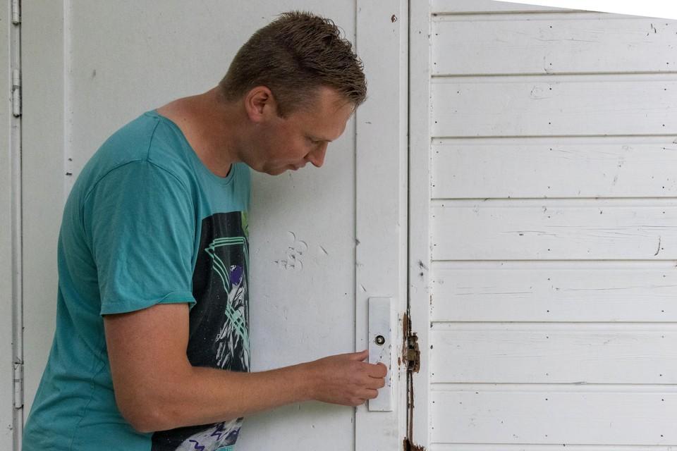 Niels Huisman repareert de vernielde deur van het clubhuis.