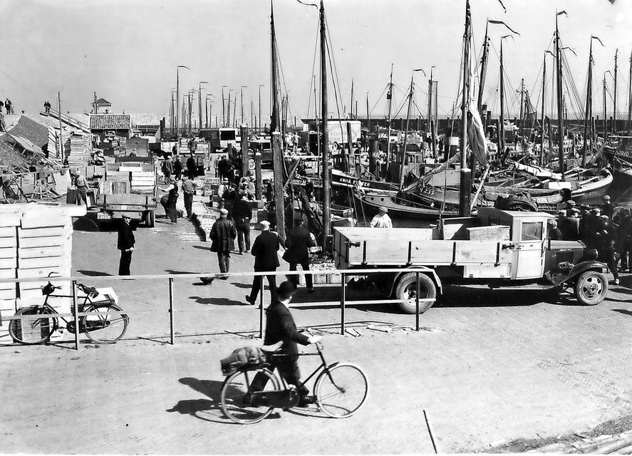 Drukte in de haven van Den Oever in vervlogen tijden.