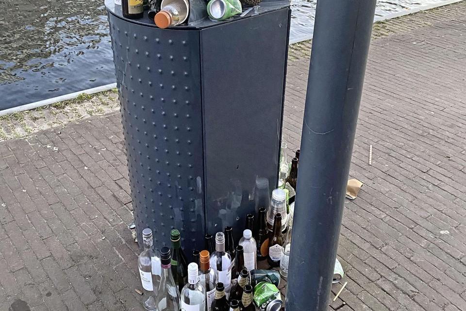 Overvolle prullenbak bij het Spaarne in Haarlem. Eric Weijers stuurde deze foto van een overvolle prullenbak, maar dan gespot bij parkeergarage De Waag in Haarlem.