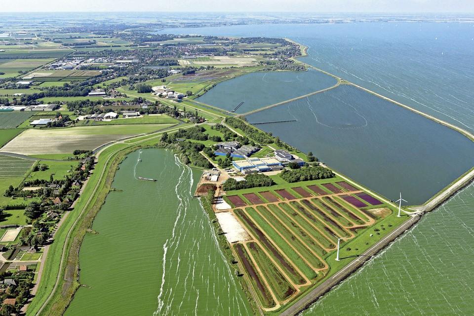 De spaarbekkens van het waterleidingbedrijf PWN in Andijk. De politiek in Stede Broec wil het IJsselmeer liefst ongemoeid laten.
