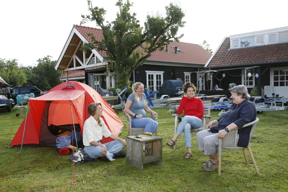 Jolanda Bonnema (rechts) en dochter Sanne (tweede van links) ontvangen ons in hun jachthaven.