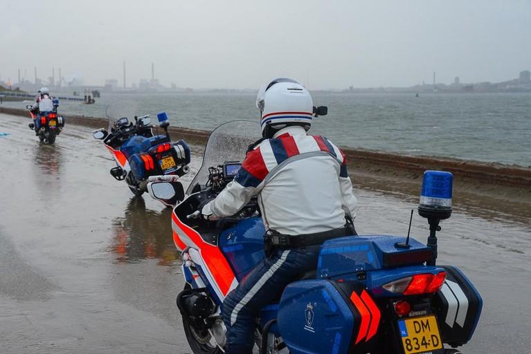 Kitesurfer door omstanders uit water gehaald bij Wijk aan Zee, drie opvarenden van zeiljacht gered bij Marken