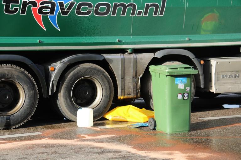 Vrachtwagen verliest lading diesel op A1 bij Naarden
