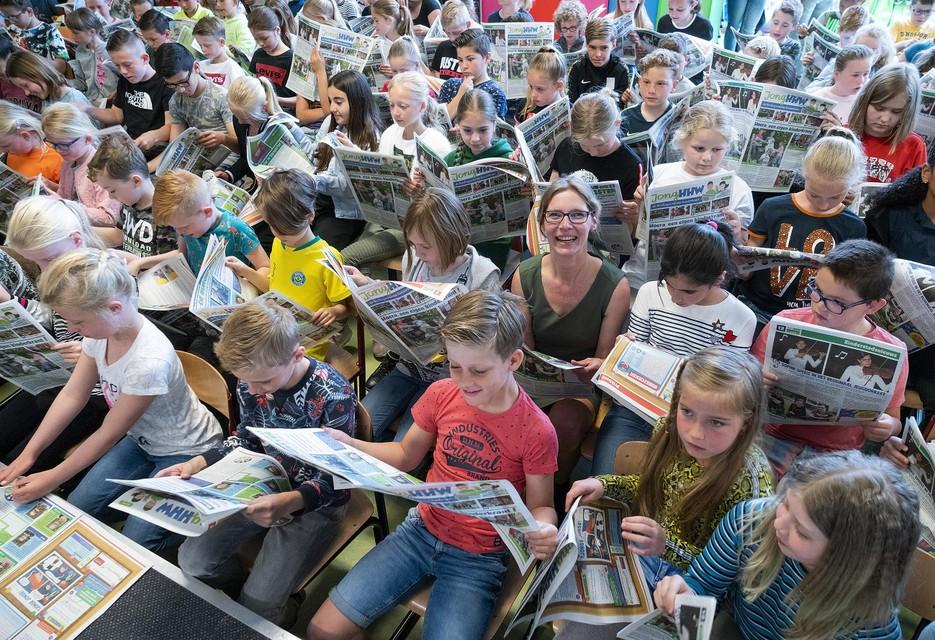 Juf Miranda Loonstra (in het groen) tussen de jonge abonnees.
