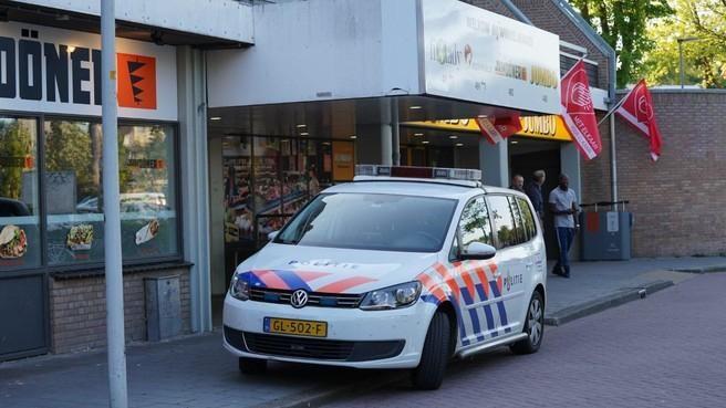 'Maak open' schreeuwen de daders terwijl er een pistool op de medewerkster van de Jumbo in Alkmaar wordt gericht. Een collega filmt de hele overval ijskoud [video]