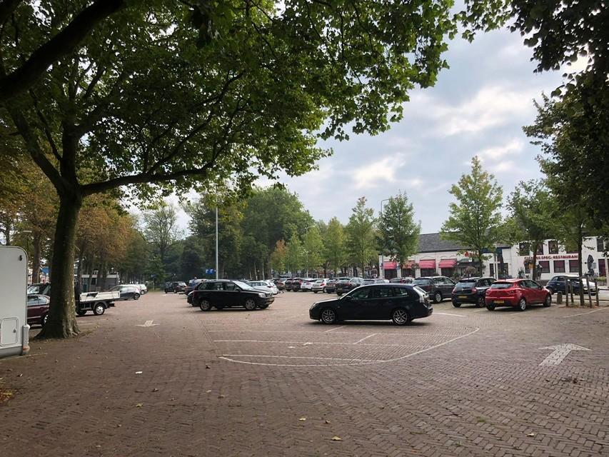Het parkeerterrein aan de zuidkant van het NS-station in Hoorn is deze zondagmiddag lang niet vol.