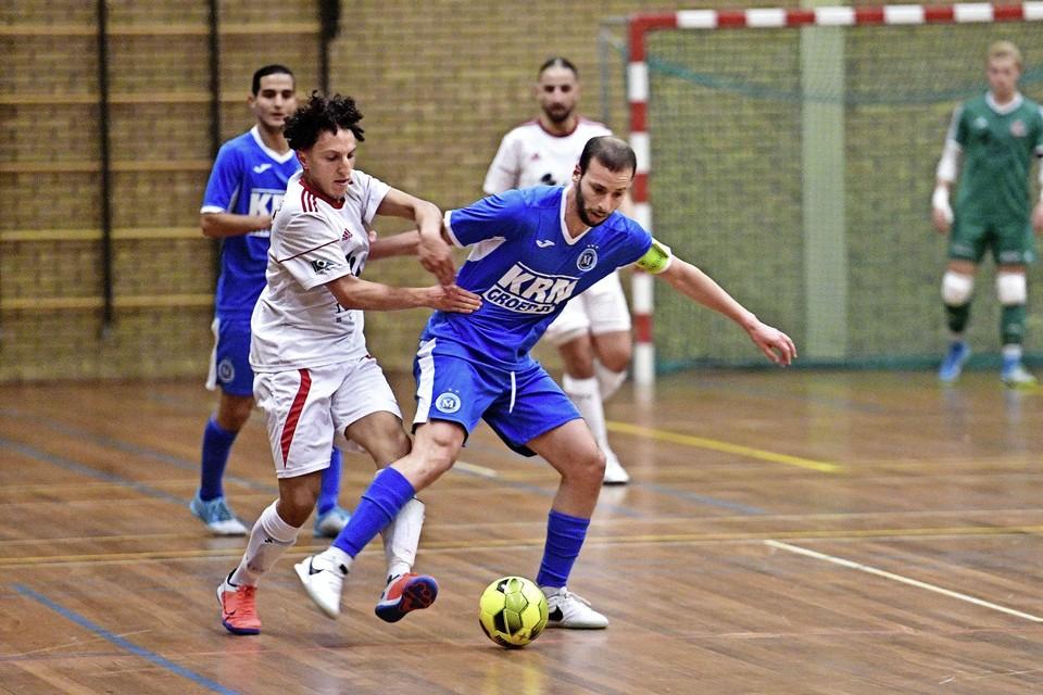 Yassine Zakir van White Stones (links) in duel met aanvoerder Mo Attaibi van FC Marlène.