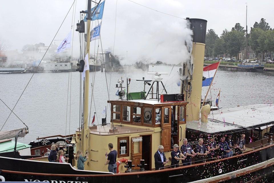Met een gierende fluittoon is stoomsleepboot Noordzee zaterdag weer in gebruik gesteld.