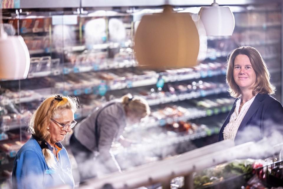 """Marit van Egmond in de pas heringerichte winkel in het centrum van Zaandam: ,,Zo gaan alle nieuwe Albert Heijn-winkels eruit zien."""" Links op de voorgrond medewerkster Wilma Smit."""