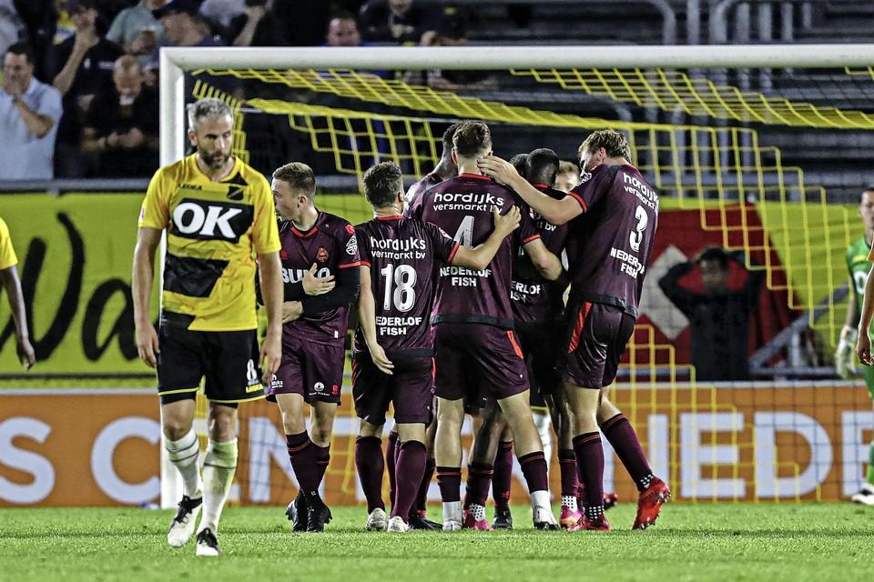 Spelers van Telstar vieren feest, terwijl voormalig 'Witte Leeuw' Ralf Seuntjens gedesillusioneerd afdruipt.